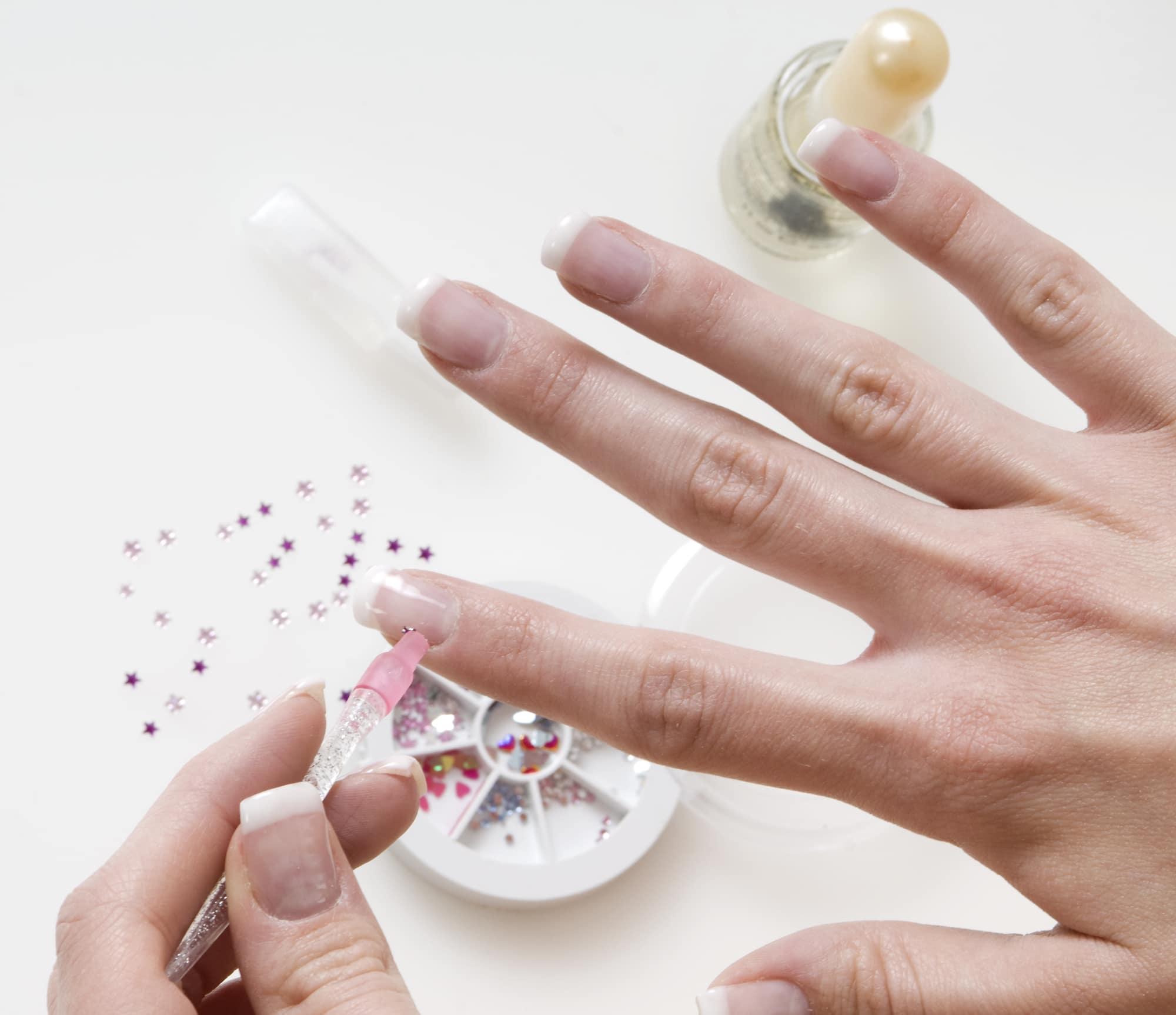 comment poser des strass et studs sur vos ongles